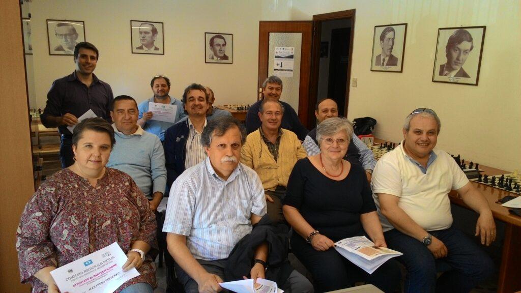 Gli arbitri ricevono l'attestato di partecipazione del seminario